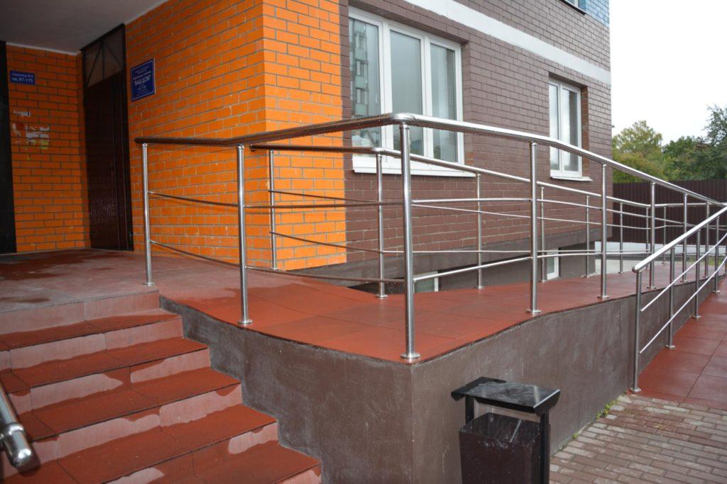 Отдельный вход должен быть оборудован пандусами для инвалидов и других маломобильных групп населения