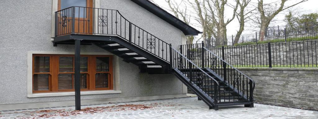 В отдельных случаях можно сделать отдельный вход и со второго этажа, если под ним расположено нежилое помещение