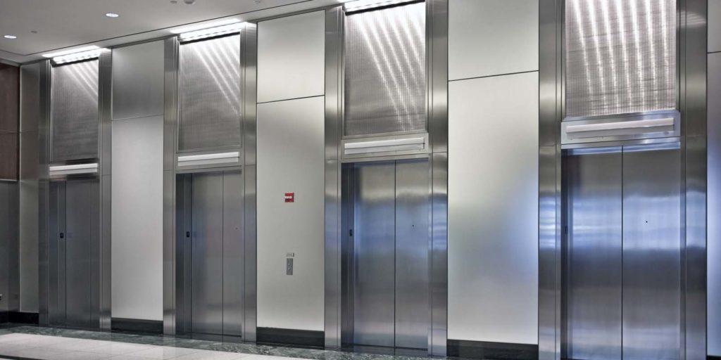 На одну площадку может выходить сразу несколько лифтов