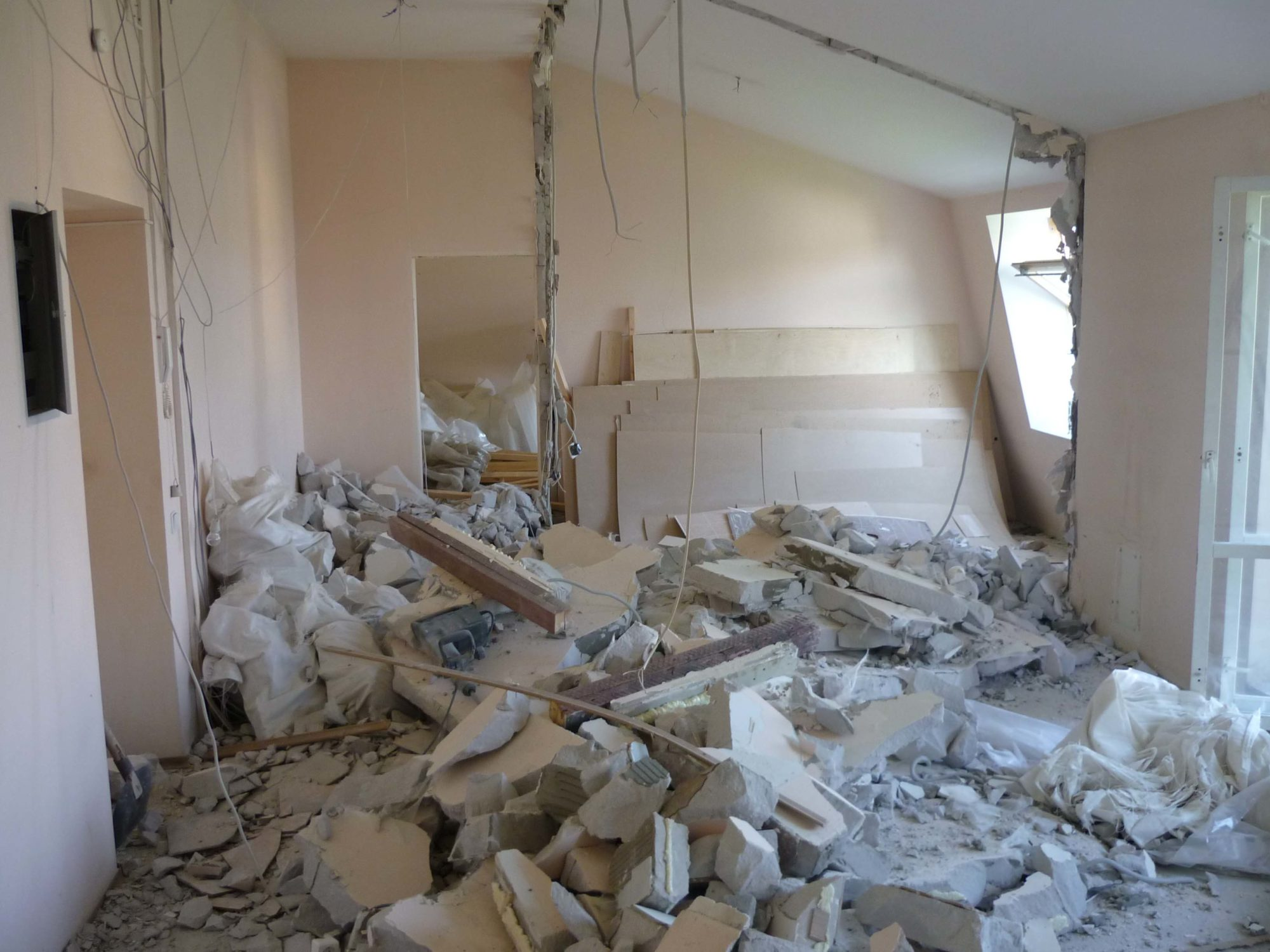 Если перепланировка проведена с нарушением строительных норм, ее будет невозможно узаконить даже через суд. Например, это касается сноса несущих стен внутри квартиры.