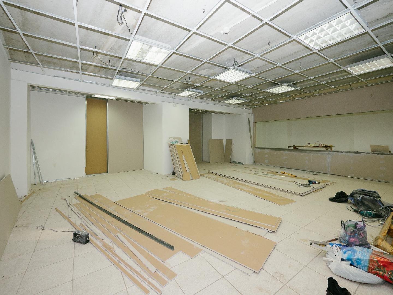 Проще всего провести перепланировку в большом помещении, где изначально не было конструкций. Там можно перераспределять площадь за счет стен и перегородок, декоративных элементов.