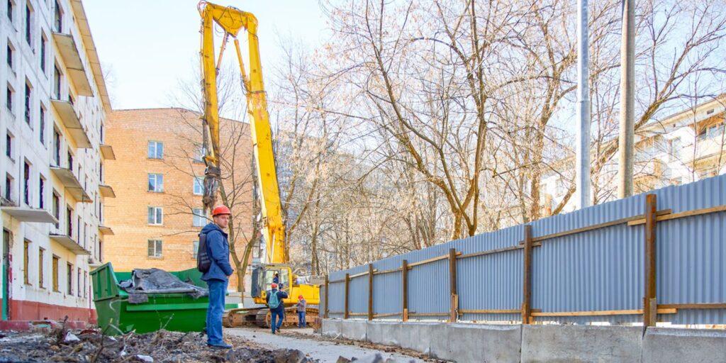 Вокруг здания обязательно устанавливаются ограждающие конструкции. Для этого в проекте рассчитываются зоны выполнения опасных работ.