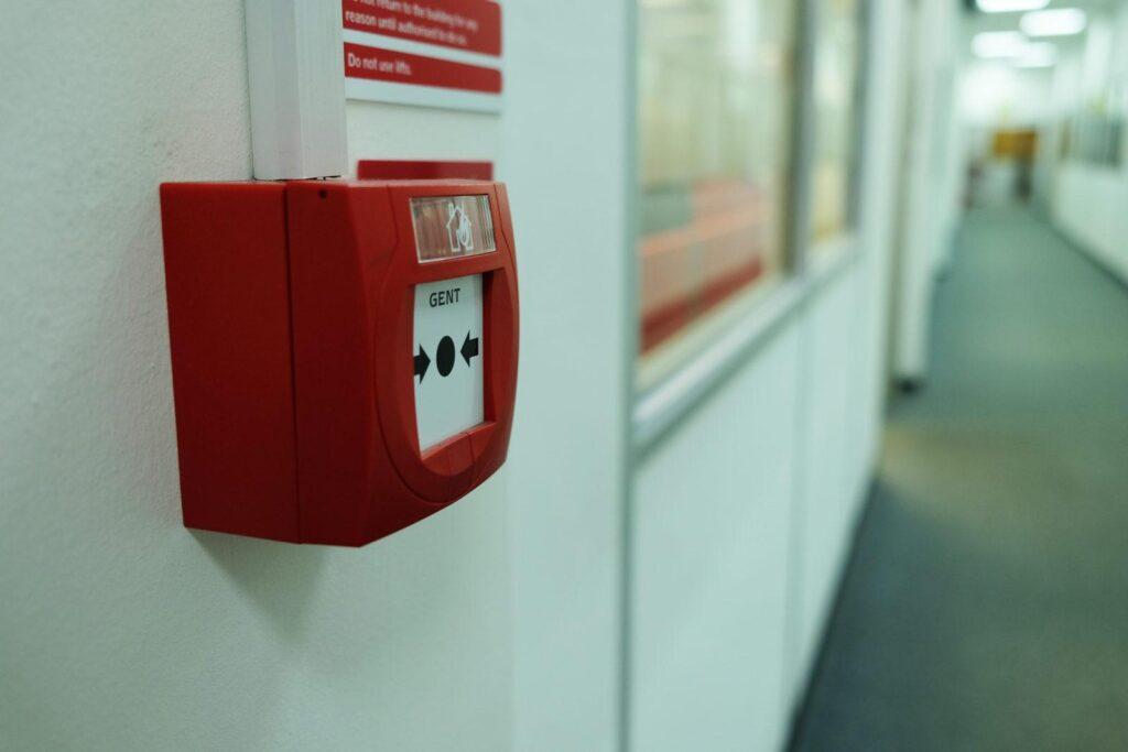 В проекте АПС предусматриваются средства ручного запуска системы. Это может ускорить процесс выявления пожара.
