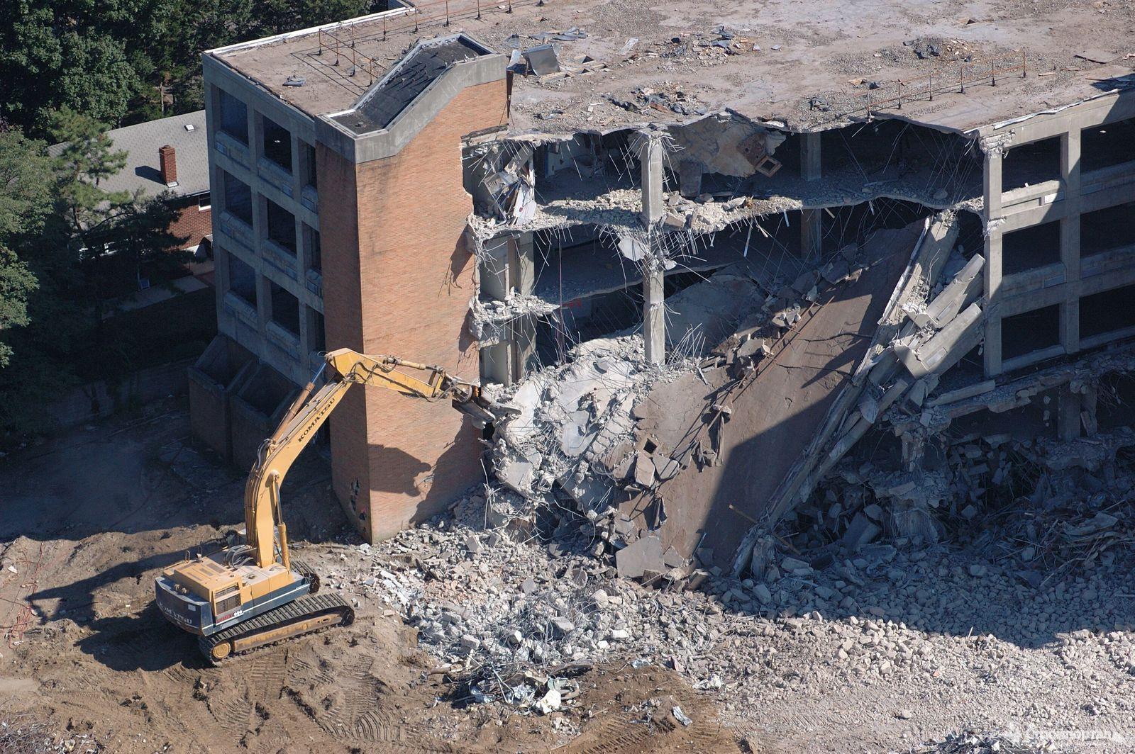 Снос здания осуществляется на основании проекта. Там указаны требования к безопасности всех работ.