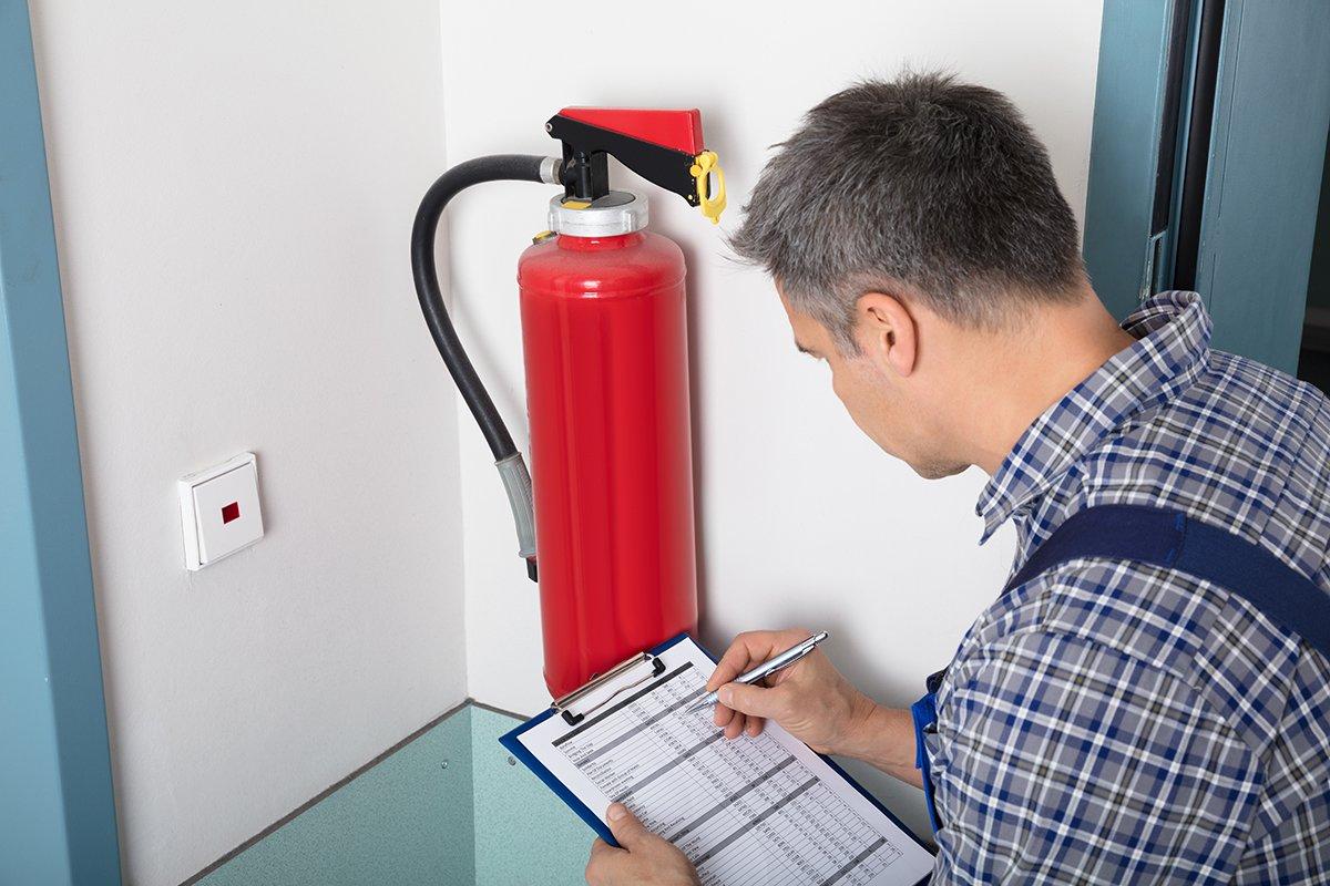 Эксперты проверяют наличие огнетушителей, правильность их расстановки по зданию, доступность для персонала.
