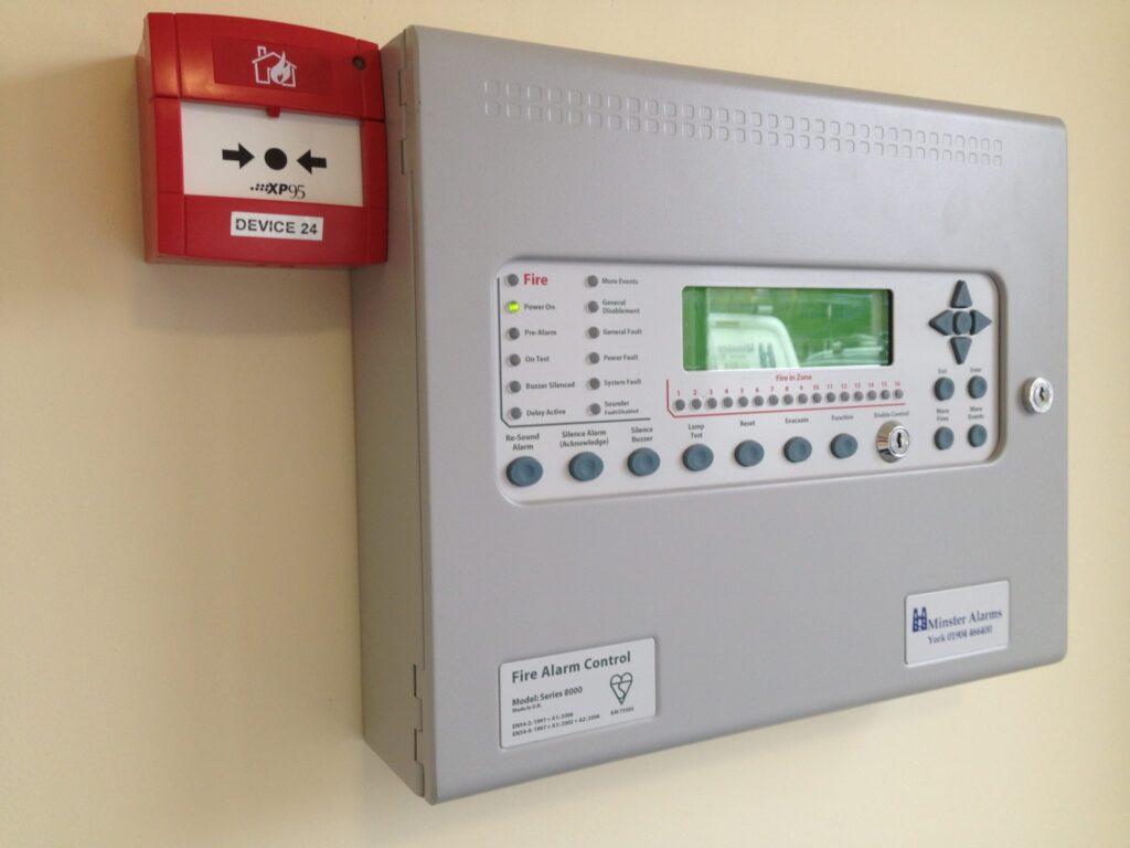 Системы противопожарной защиты обычно имеют единый пункт управления и контроля.