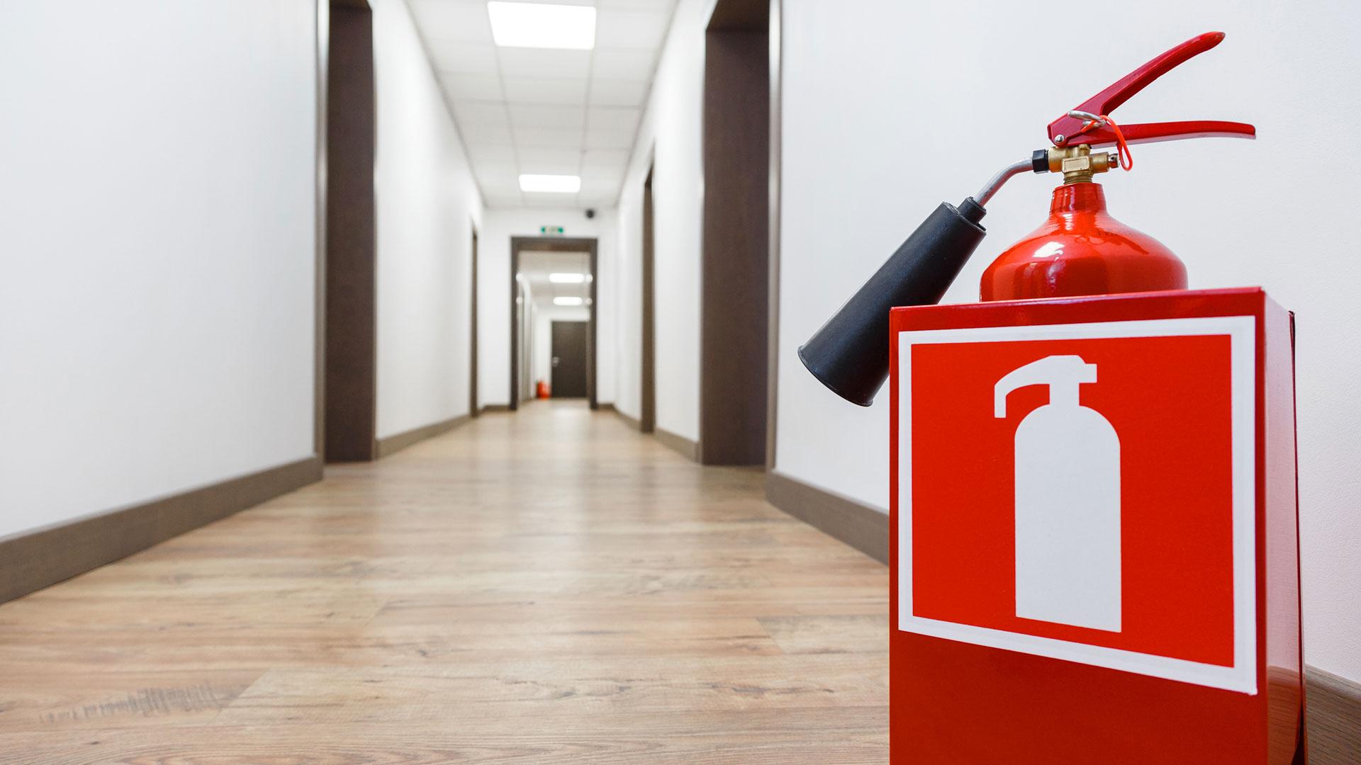 В декларации описываются все основные показатели противопожарной защиты, в том числе места размещения и размеры эвакуационных выходов.
