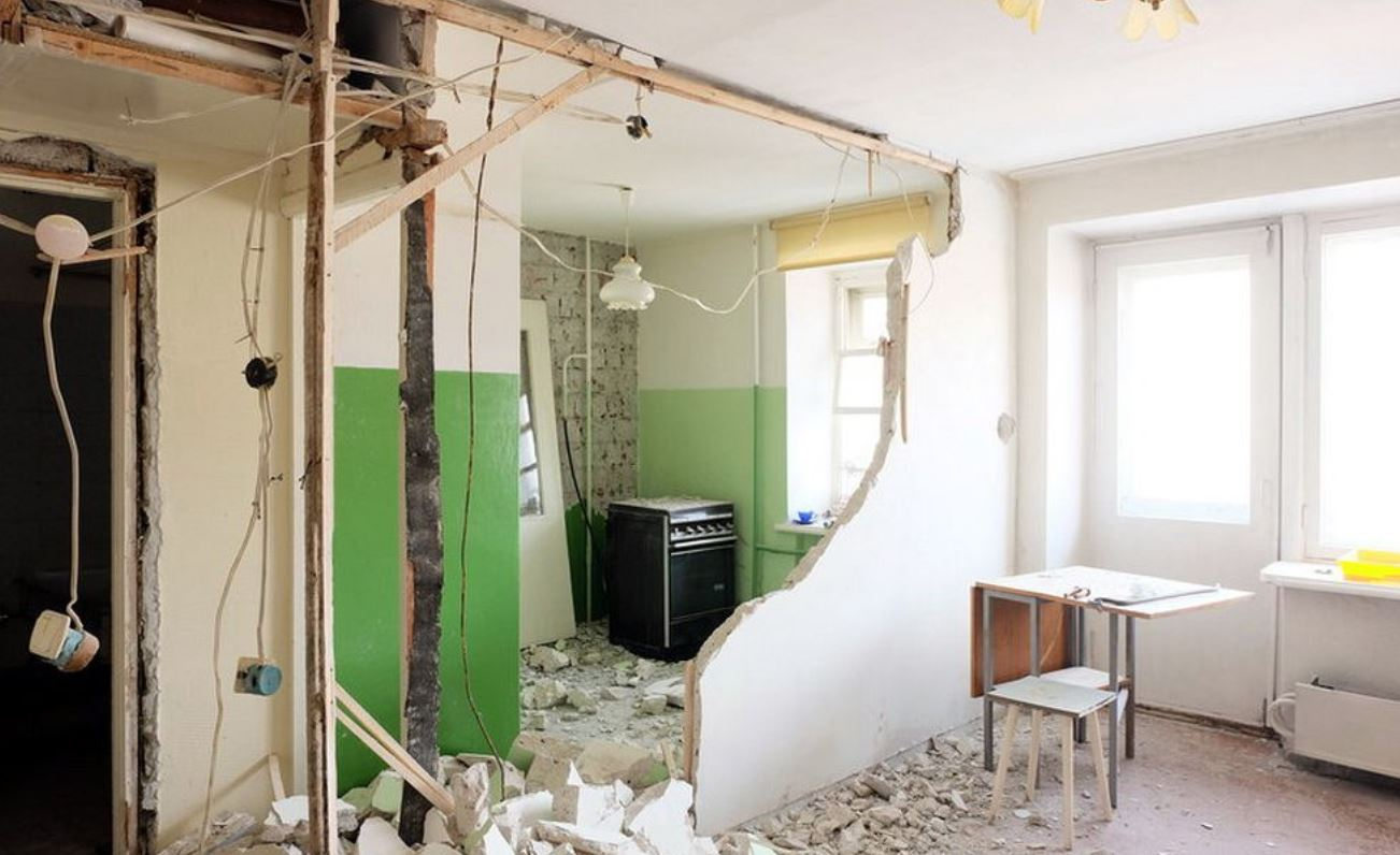 Работы по сносу стен при перепланировке разрешены, если они не являются несущими. Для несущих конструкций эксперты будут определять проверять безопасность работ.